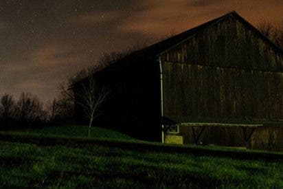 Un hombre asegura haber filmado un 'fantasma de un solo pie' en el campo