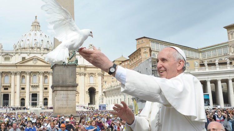 """Papa: """"Para hacer la paz, humildad, dulzura y magnanimidad"""""""