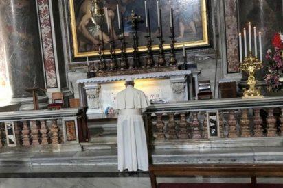 Francisco oró ante la tumba de San Juan Pablo II