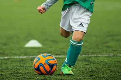 """Este pobre niño se rompe la tibia y peroné en un partido de fútbol y los aficionados le llaman """"farsante"""""""
