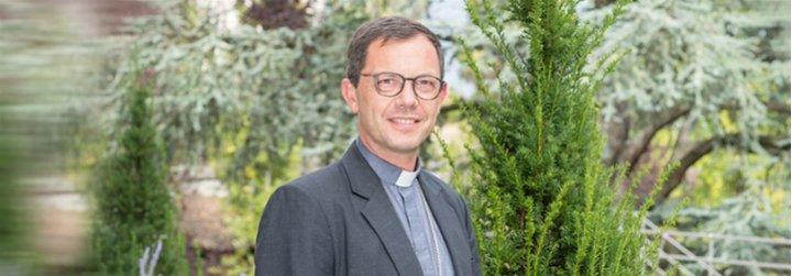 """El obispo auxiliar de Lyon abre la puerta del Sínodo a los LGBT: """"¿Quién soy yo para excluirlos?"""""""