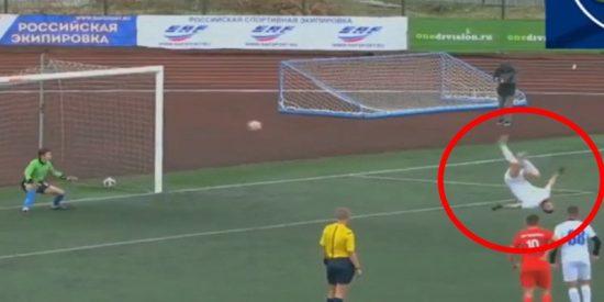 Este futbolista marca un golazo de penalti ejecutándolo con un salto mortal