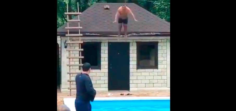 TERRIBLE: Un hombre se estrella contra el suelo al lanzarse a la piscina desde el tejado de una casa