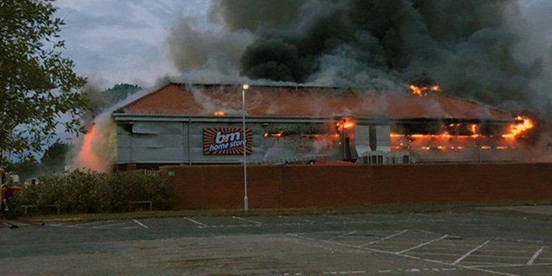 McDonald's pide disculpas por negar bebidas a unos bomberos que combatían este enorme incendio