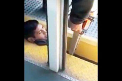 Angustioso rescate de un joven que quedó con su cabeza atrapada entre un vagón y el andén