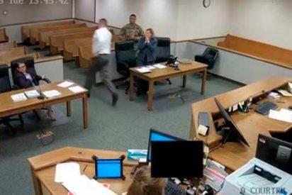 Un 'super juez' sale corriendo detrás de dos delincuentes que huían de su sala de juicios