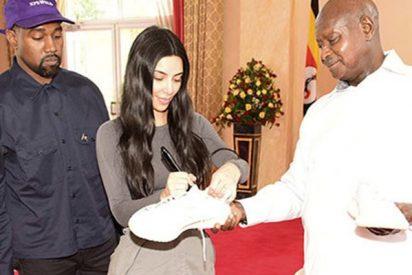 ¿Sabes por qué Kanye West le ha regalado al presidente de Uganda un par de zapatillas?