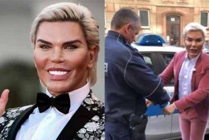 El 'Ken humano' fue arrestado por no parecerse en nada a su foto del pasaporte