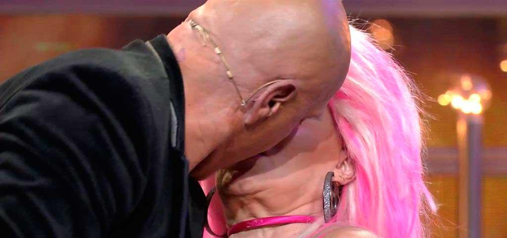 El truculento beso de tornillo de Kiko Matamoros a Aramís Fuster