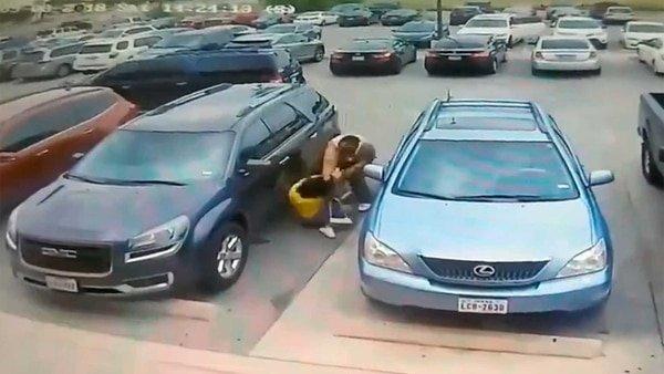 Un facineroso golpea salvajemente a una delicada jovencita por 'robarle' el hueco para aparcar
