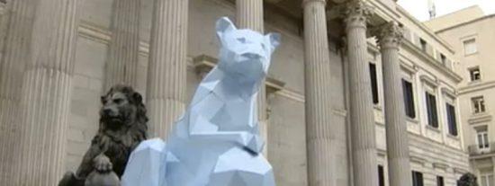¡Lo que nos faltaba!: los progres ponen ahora una leona a la puerta del Congreso