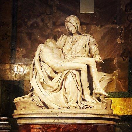 El Vaticano inaugura la nueva iluminación de la 'Pietá'