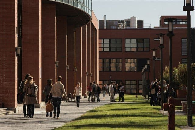 Alumnos católicos rezan en los jardines de la Universidad Carlos III de Madrid