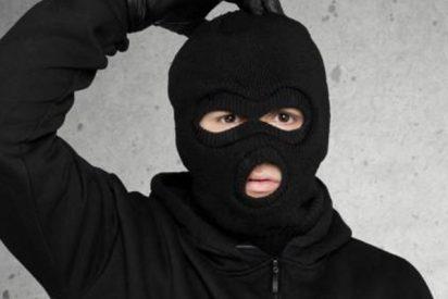 El ladrón mas tonto del mundo intenta romper una vitrina a prueba de balas y se lleva un ladrillazo en la cabeza