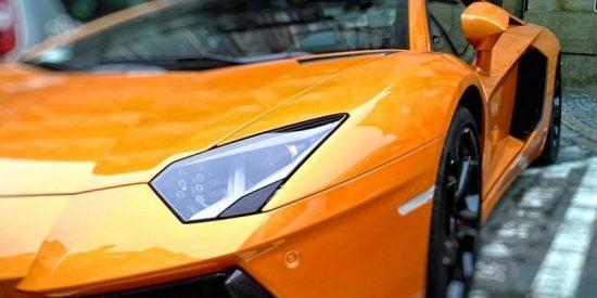 Chico le pide la mano a una joven comprándole un Lamborghini y ella lo rechaza