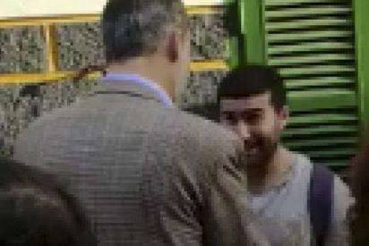 Un bobo se niega a estrechar la mano al Rey Felipe VI y le ofrece a cambio un escobón