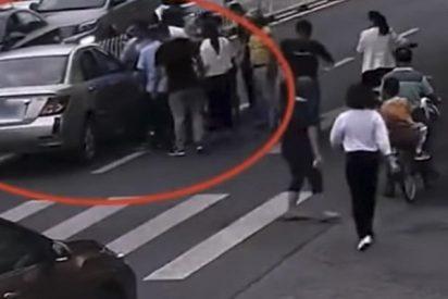Varios transeúntes levantan un coche para liberar a una niña atropellada