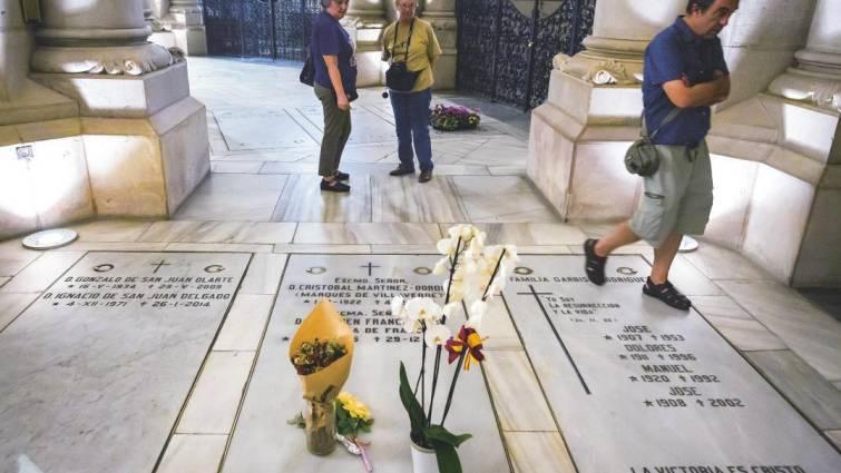 Los restos de un dictador no deben estar ni en un templo ni en una cripta