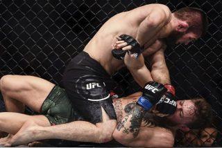 El ruso Nurmagomedov estrangula al irlandés McGregor y la victoria acaba en brutal pelea del público