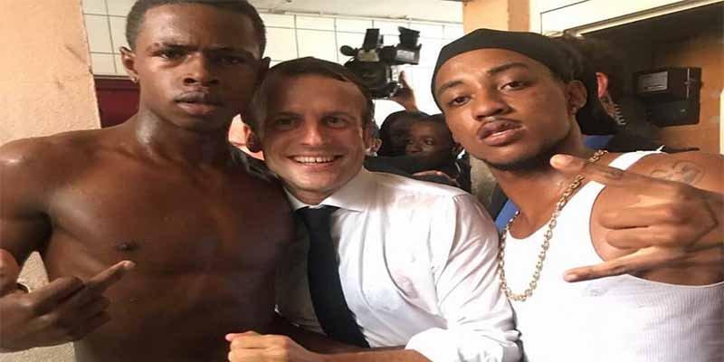 Se monta la de 'San Quintín' en Francia con el obsceno gesto de un joven en una foto con Macron