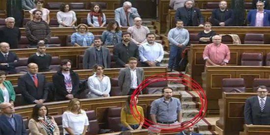 El chavista Pablo Iglesias se pasó el minuto de silencio por las víctimas de Mallorca con las manos en los bolsillos