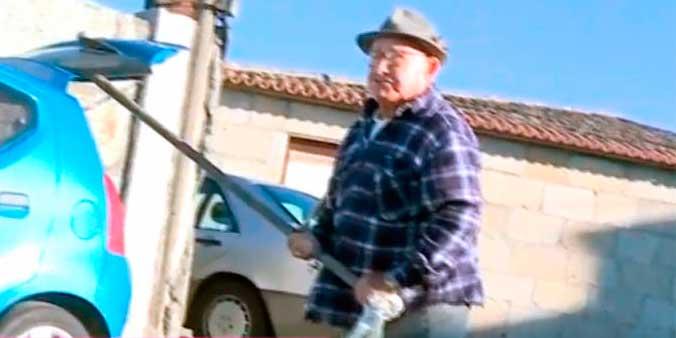 El narco Manuel Charlin la emprende a palos contra un equipo de Ana Rosa