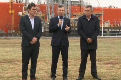 """Mauricio Macri despide al """"símbolo de la incapacidad del kirchnerismo"""": un buque regasificador que costó 40.000 millones"""