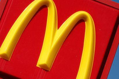 Estudiante encuentra gusanos en un dispensador de kétchup de McDonald's