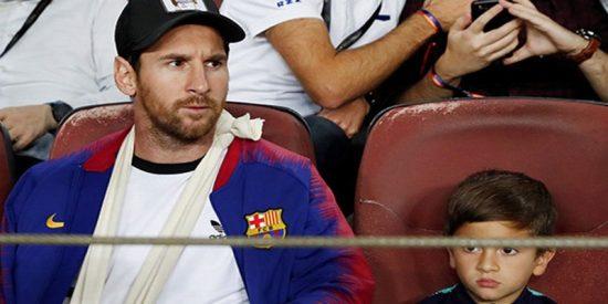 El hijo de Messi dedica el escudo de la Juventus a su padre durante un partido del Barcelona