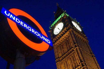 Un hijo de la Gran Bretaña pega a una mujer en el Metro de Londres por hablar español