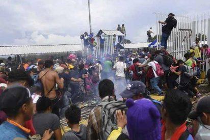 La caravana de 4.000 hondureños que va hacia EEUU, irrumpe en México tras derribar la reja de la frontera con Guatemala