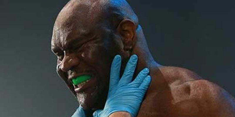 Estos luchadores de MMA acaban exhaustos y empiezan una 'pelea' de miradas sobre el ring