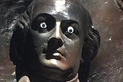 Buscan al delincuente que hizo esto a una estatua de un héroe en EE.UU.