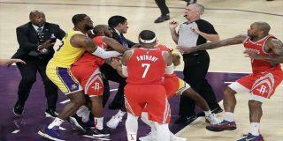 La salvaje golpiza que se montó en el debut de LeBron en el Staple Center de Los Ángeles