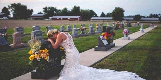 La triste historia detrás de la mujer vestida de novia que llora sobre la tumba de su prometido