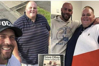 Un entrenador reparte folletos en restaurantes para ayudar a un joven obeso