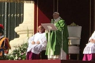 """Francisco pide a los jóvenes, con palabras del Concilio: """"Edificad con entusiasmo un mundo mejor que el de vuestros mayores"""""""