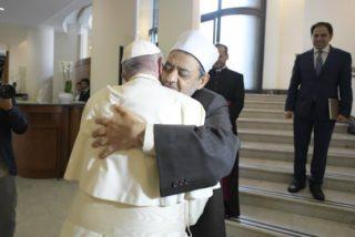 Francisco se funde en un sentido abrazo con el imán de Al-Azhar