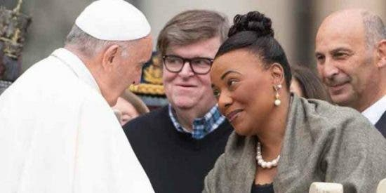 El Papa saludó al cineasta Michael Moore y a una hija de Luther King