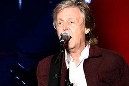 Paul McCartney saca la bandera de Chile durante un concierto en Texas y ni se da cuenta