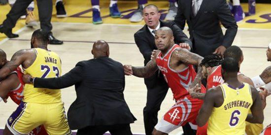 Así fue el sucio gesto que detonó una pelea entre los Lakers y los Rockets en la NBA
