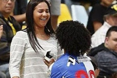 Este futbolista marca un gol, pide matrimonio a su novia y el árbitro le saca la tarjeta amarilla