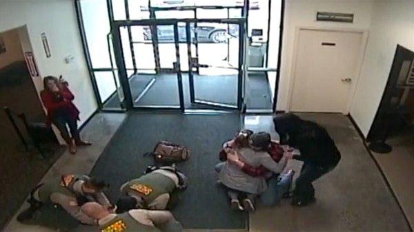Héroes: Un grupo de policías salvan la vida a un bebé con las técnicas de RCP