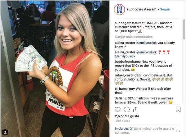 Un hombre pide dos vasos de agua y deja una humilde propina de 10.000 dólares