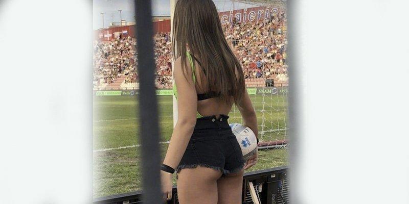 Polémica en el fútbol italiano por la forma de vestir de estas recogepelotas