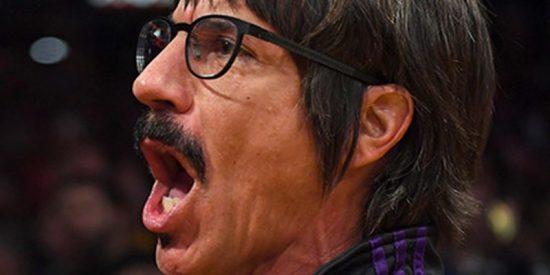 Expulsan al vocalista de Red Hot Chili Peppers de un partido de la NBA por conducta inapropiada