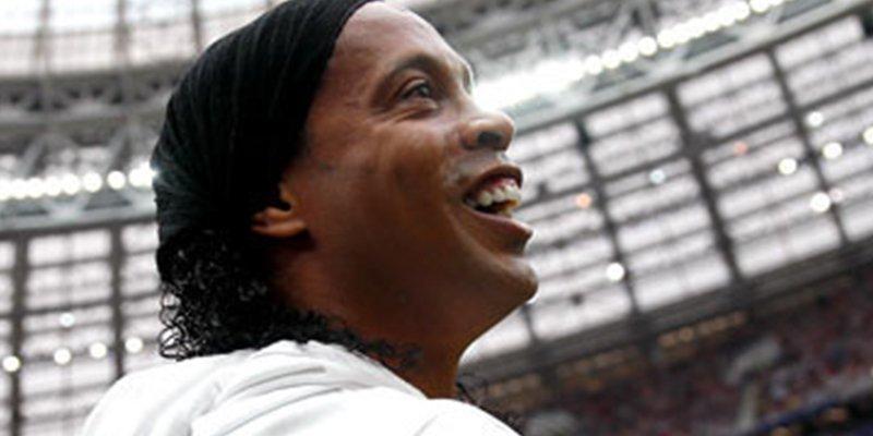 El FC Barcelona advierte que evaluará la relación con Ronaldinho por su apoyo a Bolsonaro