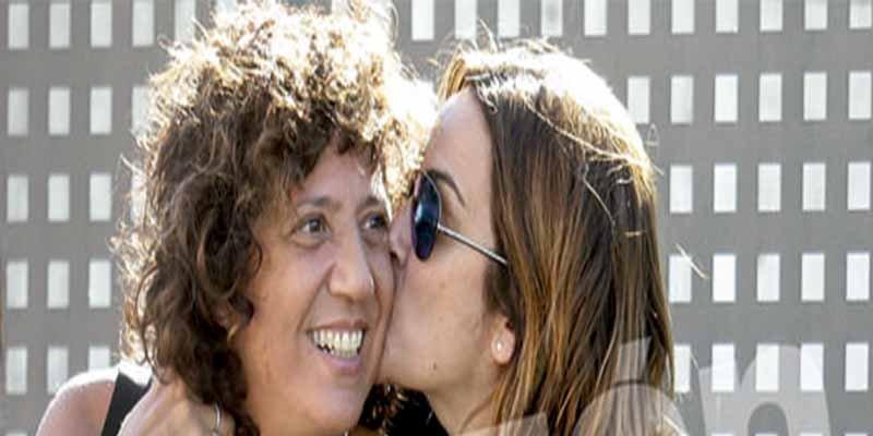 La escocida Toñi Moreno encuentra alivio en los dulces brazos de la cantante Rosana