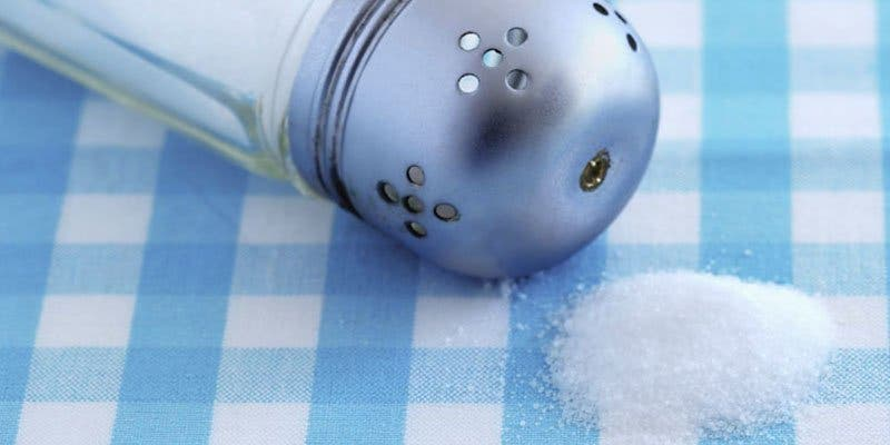 Descubren un peligroso componente en el 90% de la sal de mesa