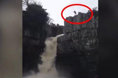 Este hombre salta desde una cascada a más de 20 metros de altura y sobrevive